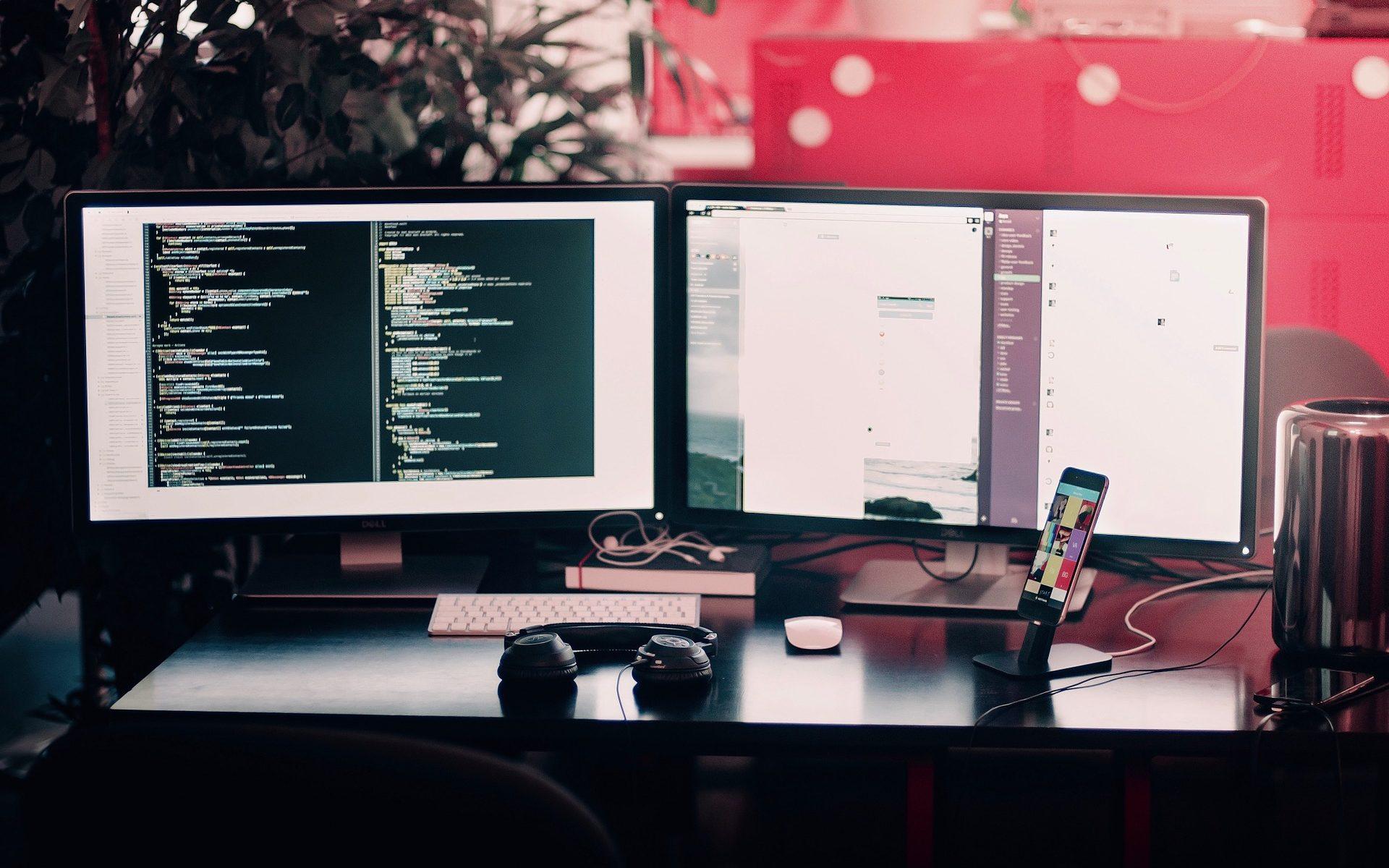 kompjuter-monitori-programerska-kancelarija